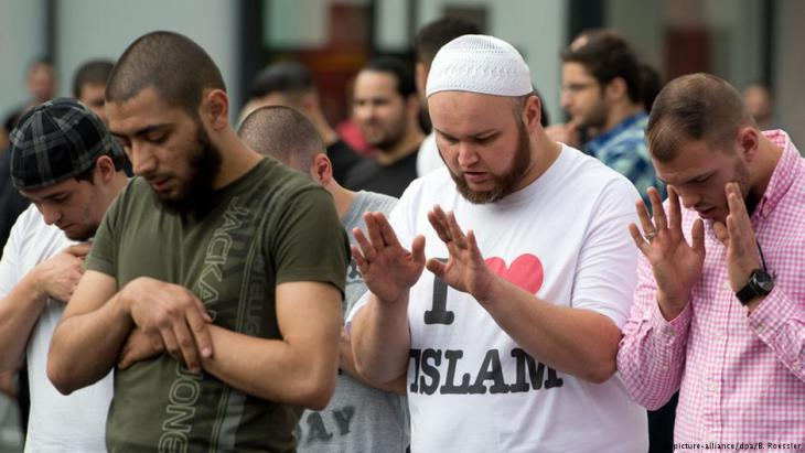 سلفيون يؤدون الصلاة في شوارع مدينة فرانكفورت الألمانية. Foto: dpa/picture-alliance