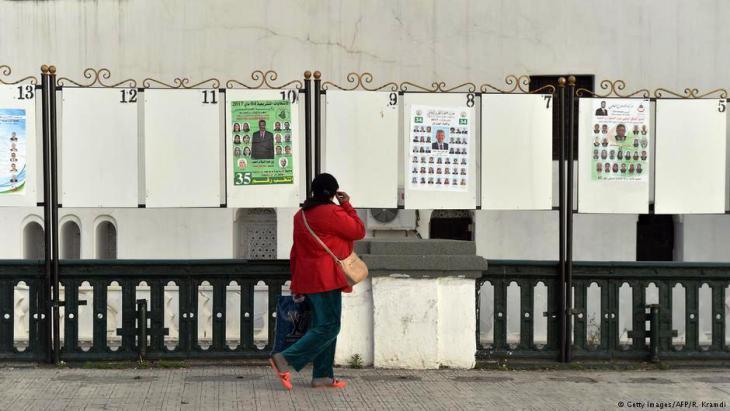 مواطنة جزائرية في العاصمة الجزائر. الجزائر تختار برلمانا جديدا وسط عزوف الناخبين وغياب الرئيس