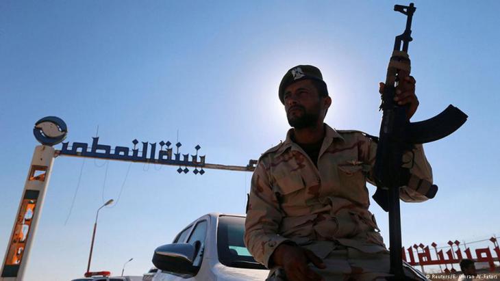 جندي ليبي عند إحدى المنشآت النفطية