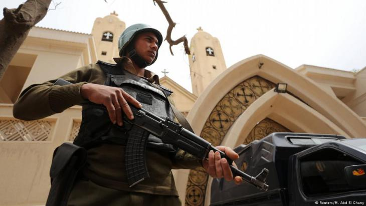جندي مصري يحرس كنيسة.