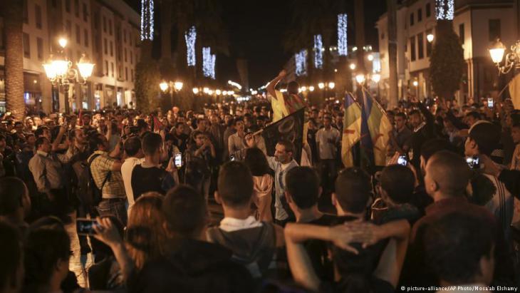 لم تقتصر تلك الاحتجاجات على الحسيمة؛ إذ خرجت أمس الأحد تظاهرات في عدد من المدن خصوصا تلك المجاورة لمدينة الحسيمة مثل إمزورن والناظور والعروي والدريوش، كما حاول نشطاء تنظيم مسيرة في العاصمة الرباط، إلا أن قوات الأمن اعترضتها واكتفى المحتجون بوقفة أمام مقر البرلمان. وبدأت بوادر انتشارها في مناطق أخرى خارج الريف المغربي.