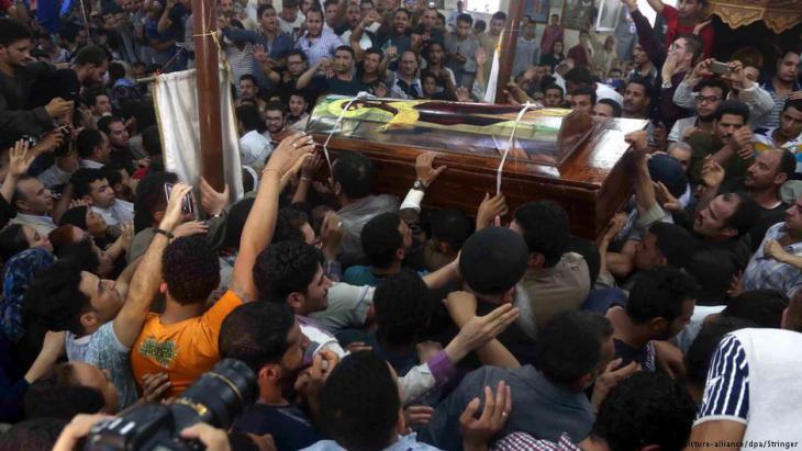 غضب وحزن في المنيا خلال تشييع جثمان ضحايا الارهاب في المنيا