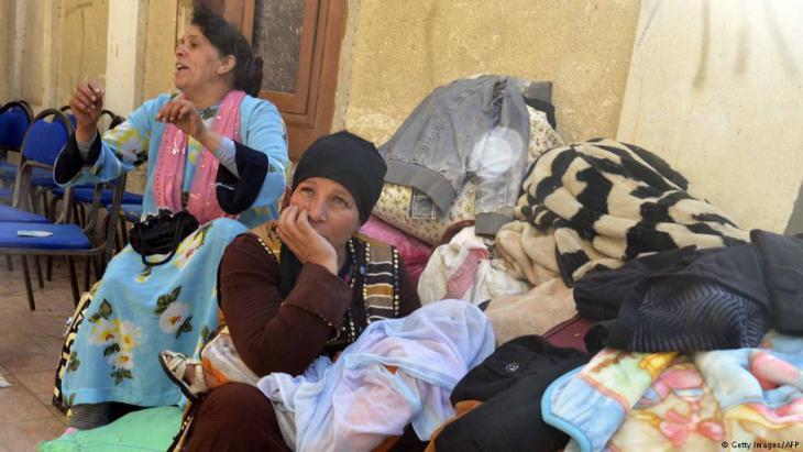 مواطنون أقباط من سكان سيناء في الطريق الى الاسماعيلية هربا من ارهاب داعش