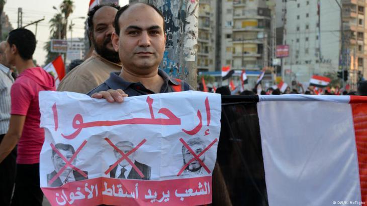 معارضو مرسي في ميدان التحرير في القاهرة بعد الانقلاب العسكري عام 2013.  Foto: DW