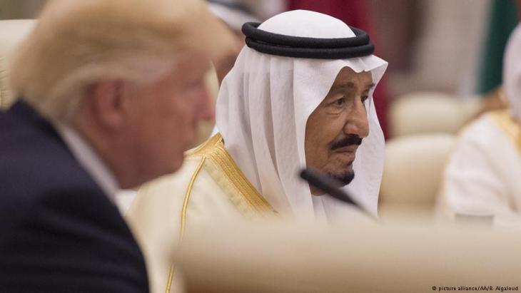 الرئيس الامريكي دونالد ترامب في زيارة إلى السعودية لدى الملك سلمان بن عبد العزيز آل سعود من مايو/ أيار 2017 بالمملكة العربية السعودية. Foto: picture-alliance