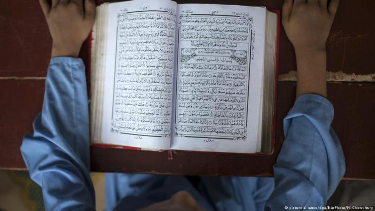 صبي يقرأ القرآن في المدرسة (الكُتَّاب) في مدينة دكا (عاصمة بنغلاديش). Foto: picture-alliance/dpa