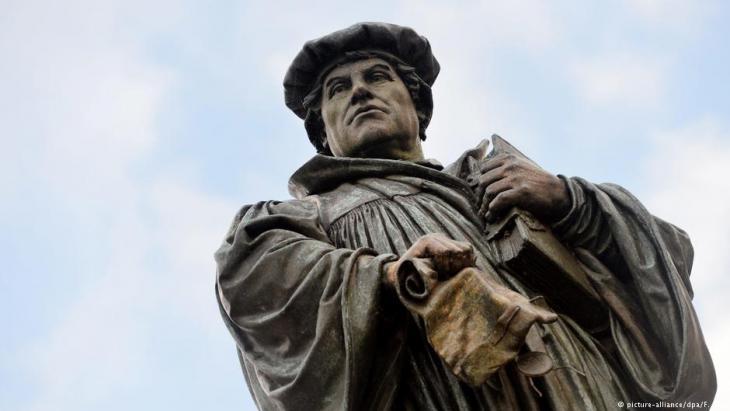نصب تذكاري في ألمانيا للمصلح الديني مارتين لوثر (1483-1546) في مسقط رأس مارتين لوثر واسمها:  مدينة لوثر-آيسليبِن.  Foto: dpa/picture-alliance