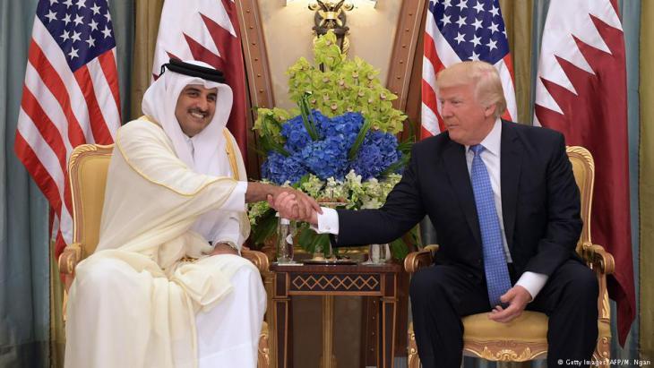 أمير قطر تميم بن حمد آل ثاني في لقائه مع الرئيس الأمريكي دونالد ترامب في الرياض. photo: Getty Images/AFP/M. Ngan)