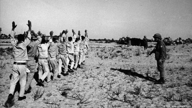 أسرى مصريون في حرب الأيام الستة. Foto: Central Press/Getty Images