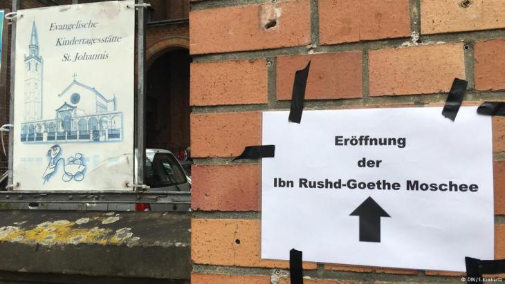 لافتة خارج كنيسة القديس يوحنا تشير إلى مسجد ابن رشد–غوته. (photo: DW/S. Kinkartz)