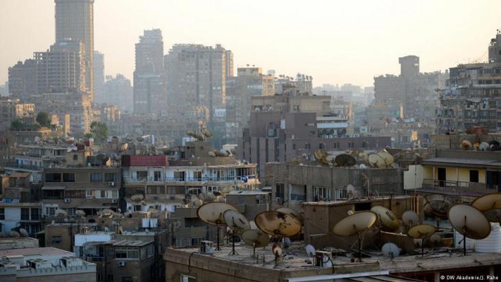 صحون استقبال البث التلفزيوني الفضائي (الساتالايت) على سطوح مباني في القاهرة.