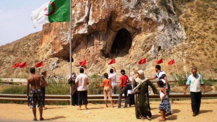 خلال الحرب الجزائرية تم عزل الحدود الجزائرية عن التونسية والمغربية بمنطقة عازلة مساحتها 30 كيلومترا مربعا وتم تسييج الحدود على مسافة 750 كيلومترا على خطين من الشرق والغرب بالأسلاك الشائكة والكهربائية والألغام.