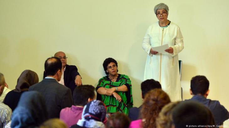 """صاحبة مبادرة مسجد """"ابن رشد ـ غوته، الناشطة الحقوققية سيران أطيش (الواقفة) وإلهام مانع (جالسة) بجانبها."""