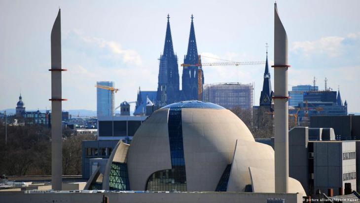 """الجامع الكبير المركزي وخلفه كنيسة كولونيا  الشهيرة """"الدوم"""" في ألمانيا."""
