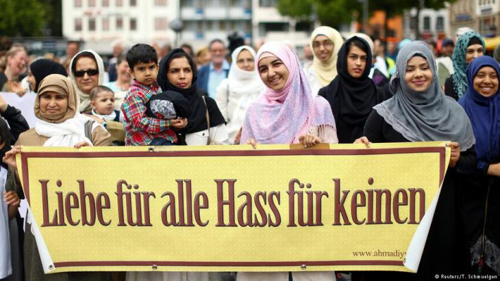 """مظاهرة للمسلمين في ألمانيا - كولونيا 2017 - """"الحب للجميع ولا كراهية لأي أحد""""."""