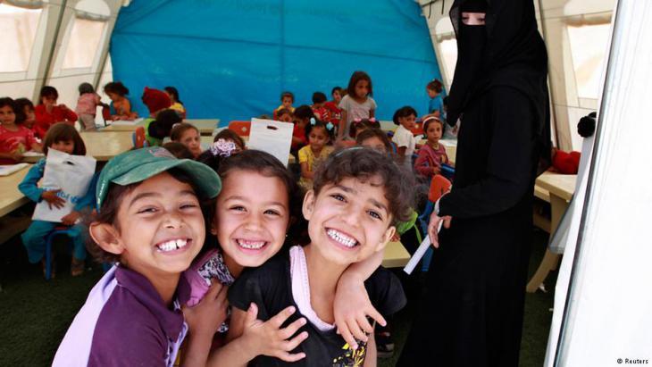 أطفال للاجئين سوريين يتعلمون في خيمة مدرسية تابعة للأمم المتحدة بمخيم الزعتري للاجئين في الأردن. Foto: Reuters