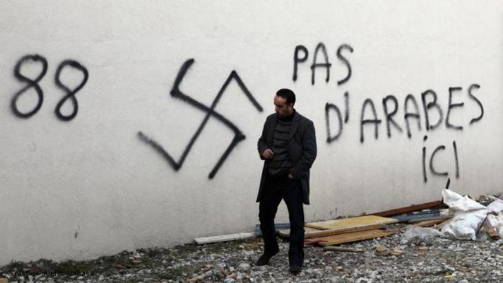 شعارات كراهية مناوئة للمسلمين أمام المسجد الكبير في سان أتيان، قُرب مدينة ليون الفرنسية. Foto: picture alliance/abaca