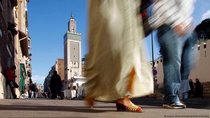 مسلمون يمشون عن عند الجامع الكبير في باريس.