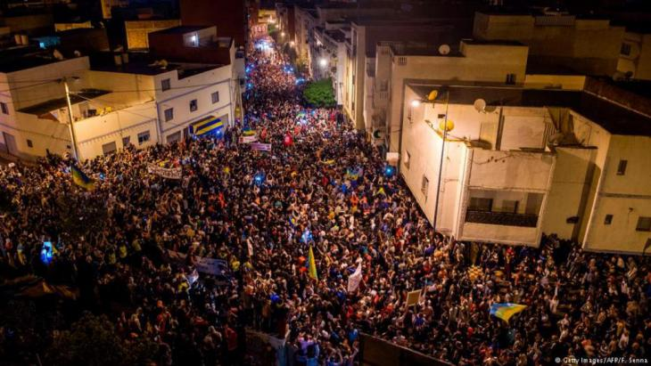 """تحظى موجة الاحتجاجات في الحسيمة شمال المغرب، والمسماة """"حراك الريف""""، باهتمام محلي وإقليمي هو الأكبر لها منذ انطلاقها قبل نحو ستة أشهر. خبراء يرون أن ملك المغرب بإمكانه نزع فتيل احتجاجات منطقة الريف لكن ليس بدون ثمن."""