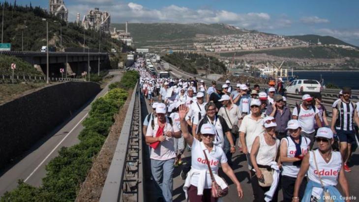 مسيرة العدالة  المعارضة في تركيا 2017.  DW