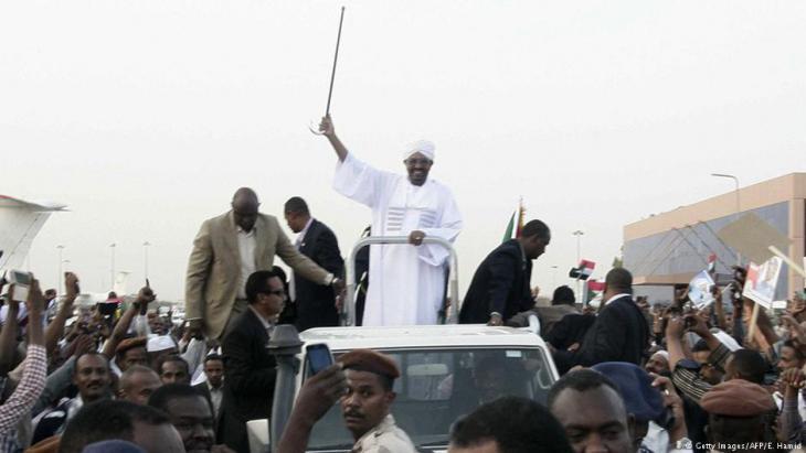 أنصار الرئيس السوداني عمر البشير يهتفون له في الخرطوم لدى عودته من قمة الاتحاد الأفريقي في جوهانسبرغ. Foto: AFP/Getty Images