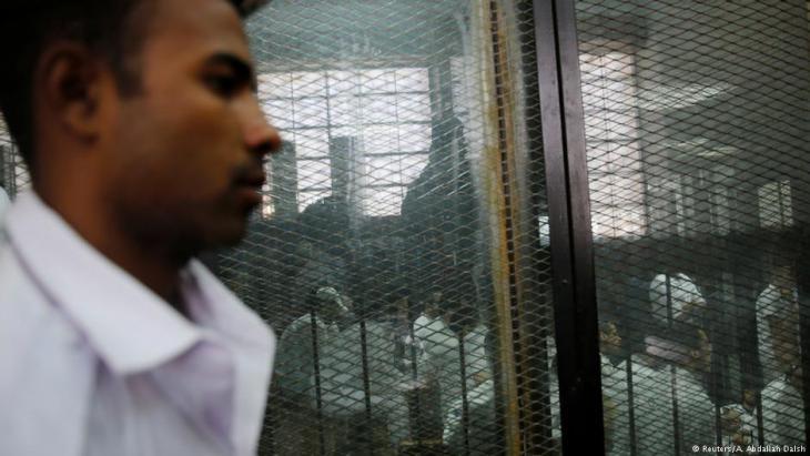 سجناء في القاهرة بانتظار المحاكمة. Foto: Reuters