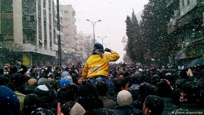 """بدأت الحرب الأهلية في سوريا باحتجاجات سلمية في شباط/ فبراير 2011، إذ طالب المعارضون بالتظاهر ضد الرئيس بشار الأسد على غرار ما حدث في كثير من بلدان """"الربيع العربي"""". وبعد أن أقدم الأسد على اعتقال قادة المعارضة خرج الناس إلى الشوارع في درعا ودمشق مطالبين بالديمقراطية والإفراج عن المعتقلين السياسيين."""