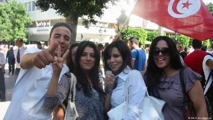 شباب وشابات في تونس