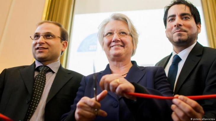 في تشرين الأول / أكتوبر 2012، افتتحت وزيرة التعليم الألمانية في ذلك الوقت أنيتِه شافان (وسط الصورة)، مع الفقيهين الإسلاميين مهند خورشيد (يمين الصورة) وبولينت أوجار (يسار الصورة)، مركز الفقه الإسلامي في جامعة مونستر.