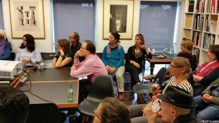 ملتقى أدبي للأجانب واللاجئين في كولونيا الألمانية: الكتاب داخل قاعة قدمها لهم متحف، حيث بدأوا في قراءة نصوص أدبية.