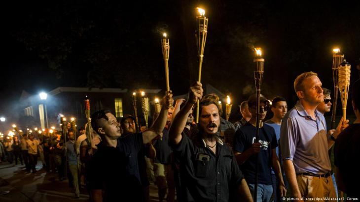 """مظاهرات لجماعة """"كو-كلوكس كلان"""" ومجموعات أخرى تظهر في ولاية فرجينيا الأمريكية. Foto: picture-alliance/dpa/AA/abaca/S. Corum"""