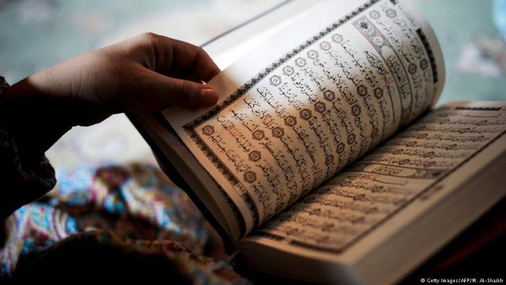 مسلمة تقرأ القرآن. Foto: Getty Images/AFP