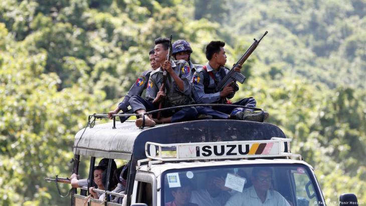 """ميانمار: شرطة تحرس قافلة تابعة للأمم المتحدة ت ولمنظمات غير الحكومية عند اضطرارها للفرار في أعقاب هجوم """"جيش إنقاذ روهينجا أراكان"""" (ARSA) في 28 / 08 / 2017. (photo: Reuters/M. Ponir Hossain)"""