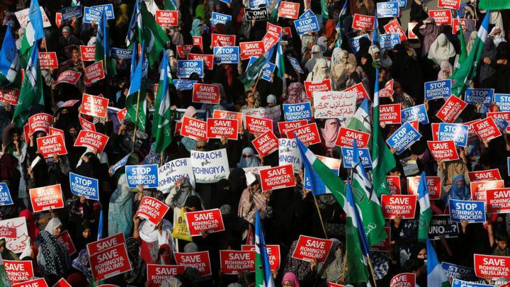 مؤيدات إناث في كراتشي، باكستان، ضد اضطهاد مسلمي الروهينجا في ميانمار، 10 / 09 / 2017. (photo: Reuters/A. Soomro)