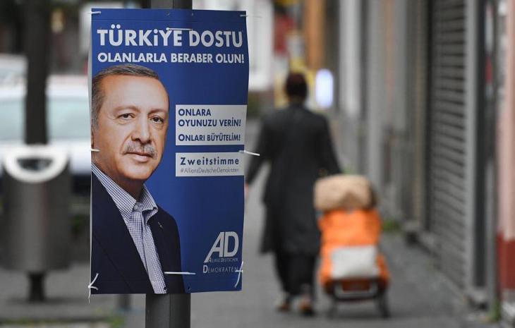 """دعاية لكسب أصوات الناخبين ذوي الأصول التركية في ألمانيا: حزب """"اتِّحاد الديمقراطيين الألمان"""" ADD ; Foto: dpa"""