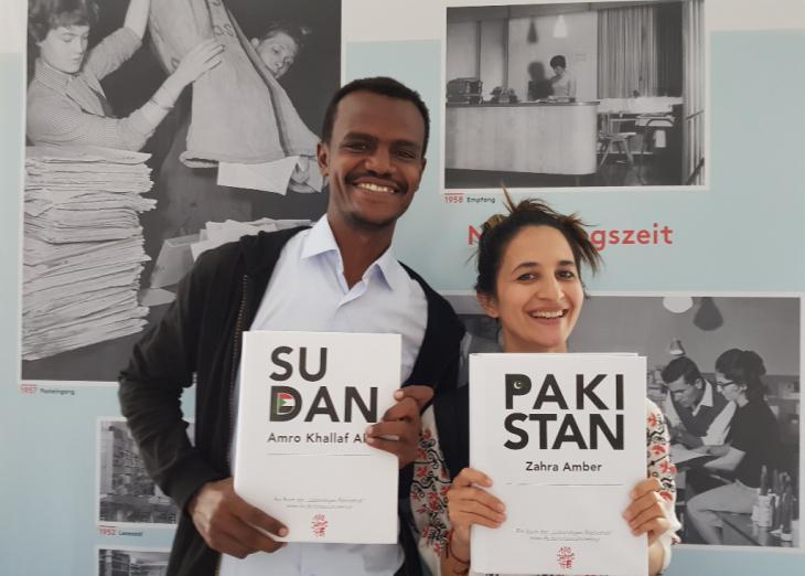"""السوداني عمر خلف الله بابكر يعمل مديرا تنفيذيا لمنظمة """"أبواب"""" المتخصصة في مجال تنمية الشباب بالسودان، وعضو مؤسس للجمعية السودانية للطاقة الشمسية مع مصممة الأزياء التقليدية زهراء امبير خان من باكستان."""