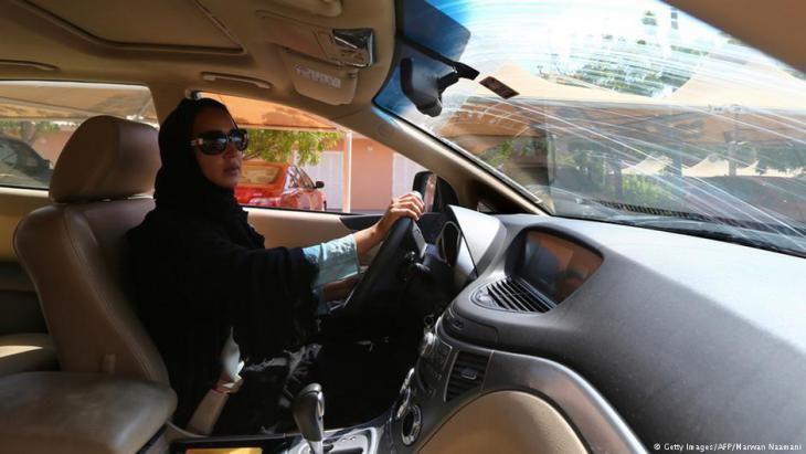 في الصورة الناشطة منال الشريف قبل السماح للمرأة بقيادة السيارة في السعودية وهي في احتجاج تقود سيارة