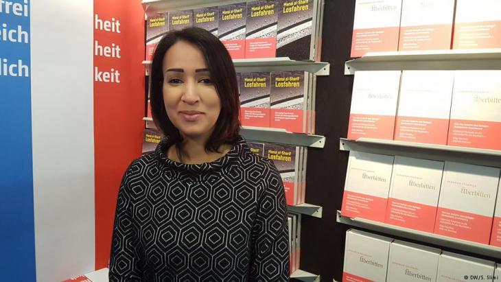 الناشطة والكاتبة السعودية منال الشريف في معرض فرانكفورت الدولي للكتاب 2017 في ألمانيا.