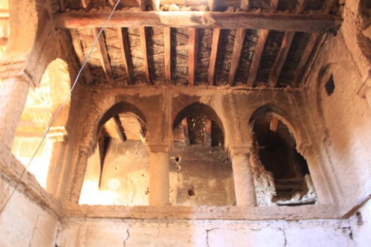 صورة لأحد البيوت.. أقواس وسقف خشبي وفق البناء الصديق للبيئة. الصورة: وصال الشيخ