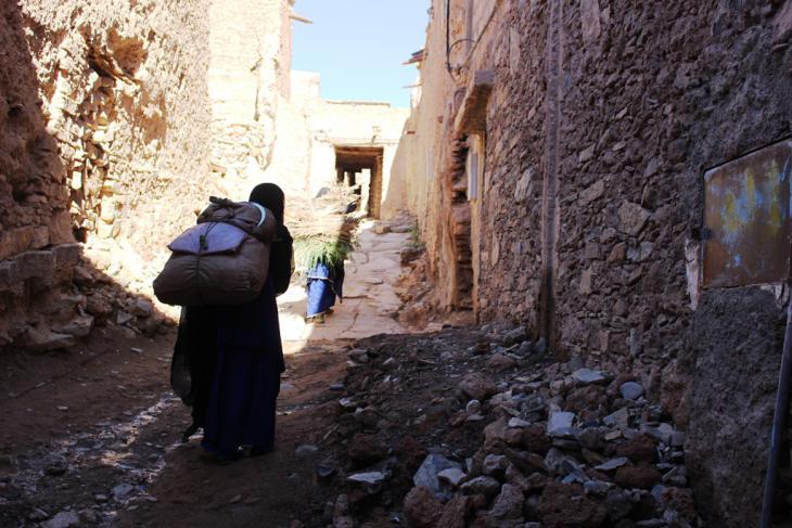تقوم النساء في أكادير الهنا بأعمال شاقة داخل وخارج المنزل، نقل الحشائش يومياً من الحقول في السهول إلى أعلى تعتبر حملاً ثقيلاً. الصورة: وصال الشيخ