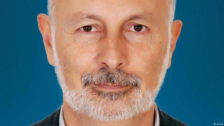 * يزيد صايغ: باحث رئيسي في مركز كارنيغي للشرق الأوسط في بيروت، وترأس برنامج الشرق الأوسط في المعهد الدولي للدراسات الاستراتيجية في لندن من 1998 إلى 2003.