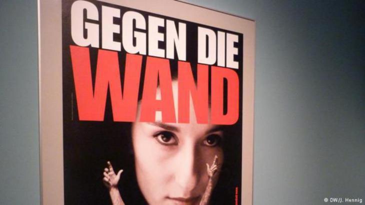 """إعلان لفيلم """"ضد الجدار"""" الذي حاز على جائزة """"البرليناله"""" عام 2004."""