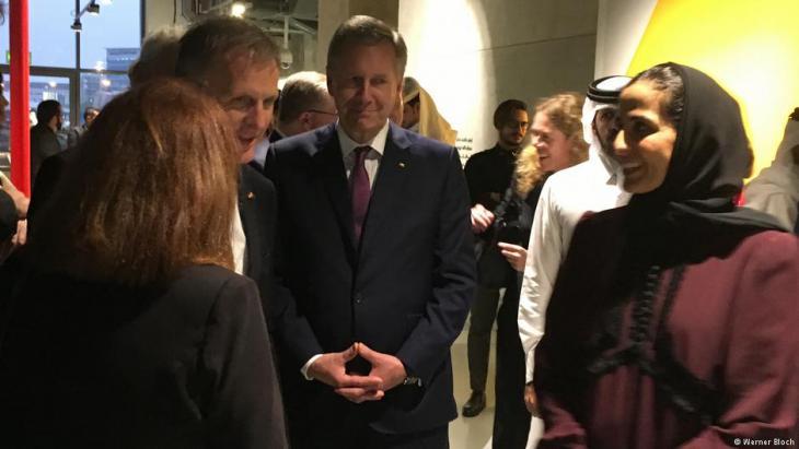 الشيخة المياسة وإلى جانبها الرئيس الألماني الأسبق كريستيان فولف (وسط الصورة)  الذي كان أيضا من الوفد الألماني في قطر. Foto: Werner Bloch