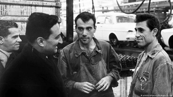 عمال ضيوف أتراك في مصنع للسيارات بمدينة كولونيا من عام 1964. (photo: picture-alliance/CPA Media Co. Ltd)
