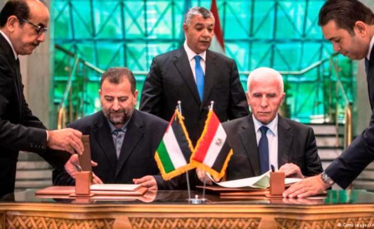 ممثاو حماس وفتح خلال توقيع اتفاق المصالحة في القاهرة