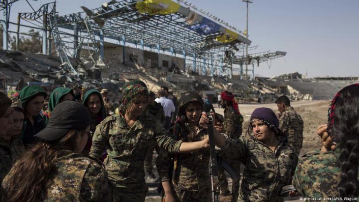 """مقاتلات كرديات من قوات """"سوريا الديمقراطية"""" إثر تحرير الرقة من قبضة """"داعش"""""""