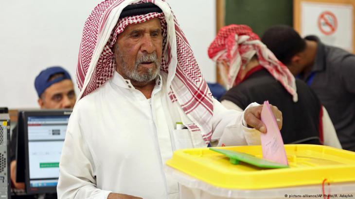 رجل أردني يدلي بصوته في إحدى العمليات الانتخابية الأردنية. (photo: AP Photo/Raad Adayleh)