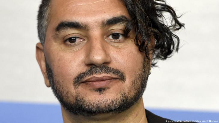يرى المخرج والسيناريست المغربي هشام العسري أن إنتاج أفلام تنتقد الوضع والمجتمع لا يمثل إساءة للبلد وإنما هي ضرورة لا بد منها فهي من جانب تمس المشاهد بشكل مباشر ومن جانب آخر تفرض على الآخر في الغرب احترامنا.