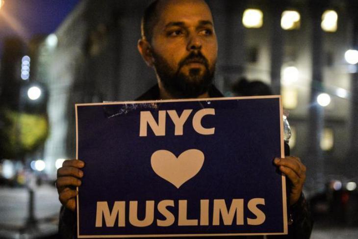 """مسلم من منطقة منهاتن الأمريكية يحمل أثناء مسيرة تضامنية مع ضحايا إحدى الهجمات لافتة مكتوب عليها: """"مدينة نيويورك تحب المسلمين"""". hoch; Foto: dpa"""