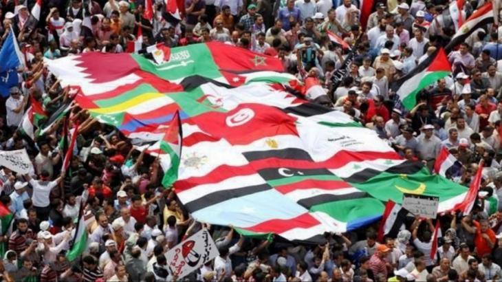 أحد حشود الربيع العربي مع أعلام البلدان العربية dpa